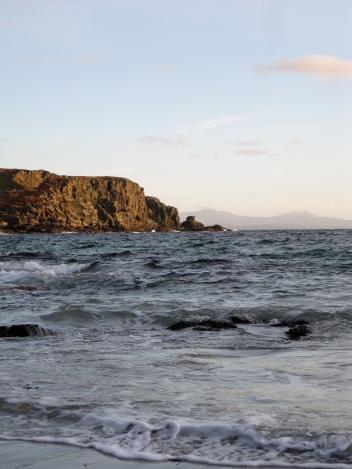 Belle maison de campagne accueillante vacances en location sur l'île de Skye, en Ecosse. Profitez des visites de whisky, l'escalade, la marche, les plages merveilleuses. Le chalet offre une vue magnifique sur la baie et en face des eaux vers les sommets des montagnes écossaises dans la distance. Il dispose également d'un bois deux poêles. voir www.skyewhitehouse.com ou skyewhitehouse@gmail.com e-mail Isle of Skye self-catering - Skye White House - beautiful self-catering on the Isle of Skye. Stunning coastal views. Wildly romantic. Perfect for celebrations, birthdays, anniversaries.