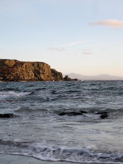 Schöne Ferienwohnung zu vermieten gemütliche Landhotel auf der Insel Skye, Schottland. Genießen Sie Touren von Whisky, Klettern, Wandern, wunderschöne Strände. Das Haus bietet einen herrlichen Blick auf die Bucht und über das Wasser bis zu den Gipfeln der schottischen Berge in der Ferne. Es hat auch eine zwei Holzöfen. siehe www.skyewhitehouse.com oder skyewhitehouse@gmail.com, Mooi vakantiehuis te huur gezellige land op het eiland Skye, Schotland. Geniet van reizen van whisky, klimmen, wandelen, prachtige stranden. Het huisje biedt een prachtig uitzicht over de baai en over de wateren aan de toppen van de Schotse bergen in de verte. Het heeft ook een twee houtkachels. zie www.skyewhitehouse.com of skyewhitehouse@gmail.com, Belle maison de campagne accueillante vacances en location sur l'île de Skye, en Ecosse. Profitez des visites de whisky, l'escalade, la marche, les plages merveilleuses. Le chalet offre une vue magnifique sur la baie et en face des eaux vers les sommets des montagnes écossaises dans la distance. Il dispose également d'un bois deux poêles. voir www.skyewhitehouse.com ou skyewhitehouse@gmail.com e-mail Isle of Skye self-catering - Skye White House - beautiful self-catering on the Isle of Skye. Stunning coastal views. Wildly romantic. Perfect for celebrations, birthdays, anniversaries.